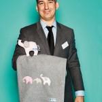"""Thorsten Hopf, Geschäftsführender Gesellschafter von Annette frank, mit Kuscheldecke aus kbA-Baumwolle und Kuscheltier """"Elefant"""""""
