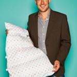 Björn Wörner, Inhaber von bw Handelsagentur CDH für Aro Artländer GmbH, mit Babyschlafsack