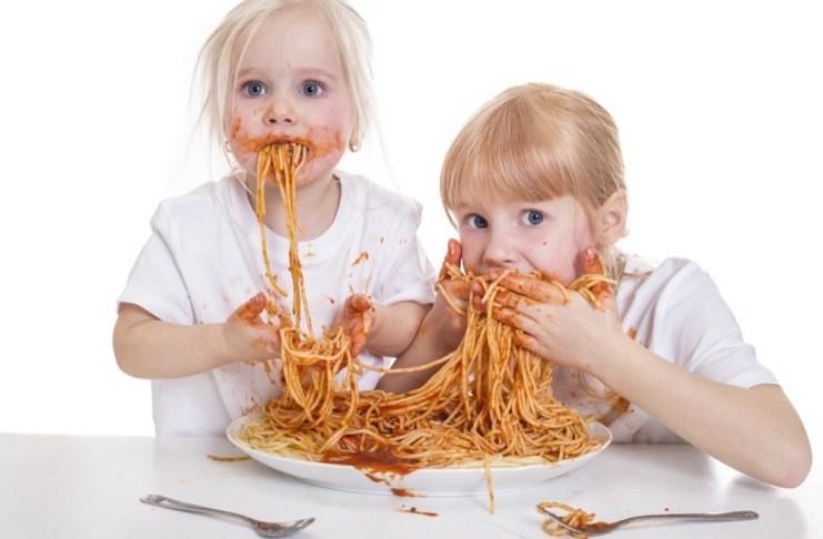 Kinder könn t en auch beim Essen Manieren an den Tag legen