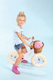 Mia mit Salt & Pepper, Schuhe von Zecchino d'Oro, Fahhrad von Banwood beim Childhood-Business-Shooting auf der Kids Now im Sommer 2018