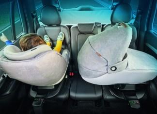 """Rückwärtsgerichtet oder seitlich: Mit dem Modell """"Jade"""" von Maxi-Cosi lassen sich Babys ohne Umbetten nach der neuen Sicherheitsnorm R 129 transportieren."""