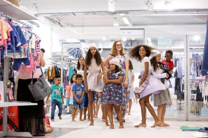 Was kaum ein deutscher Ordertag schafft: eine Fashion-Show wie hier auf der JOT Juniormode. Allerdings immer dank des Engagements der Designerin Lia Sterzenbach.
