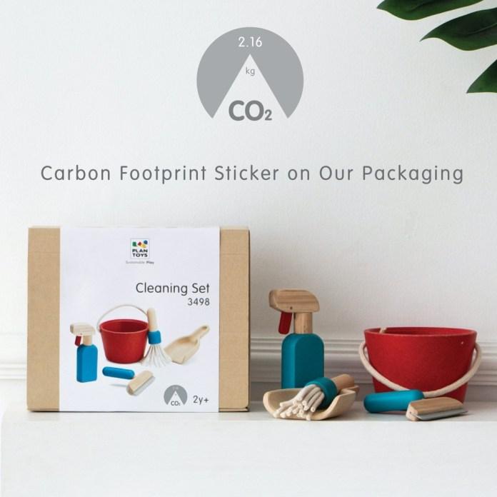 PlanToys kommuniziert als erster Spielwarenhersteller auf der Verpackung, welche C02-Emmision die Herstellung des einzelnen Produkts erzeugt.