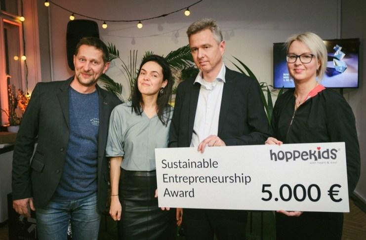 Die stolzen Preisträger von Babies (l.) mit dem aktuellen dänischen Botschafter Flemming Stender (2.v.r.) und Inese Leja-Raphael (r.) von der Handelskammer.