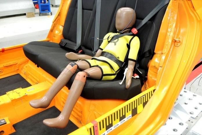 Der Smart Kid Belt nach dem Crashtest: der Beckengurt schneidet tief in den Bauch des Dummys ein. Gurt wird nicht vom sensiblen Nacken des Kindes ferngehalten.