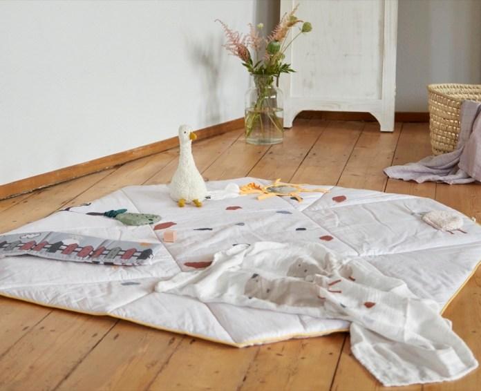 Lässig auf der Decke spielen –und später immer schön Aufräumen!