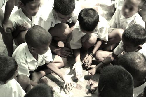 bambini che giocano in birmania