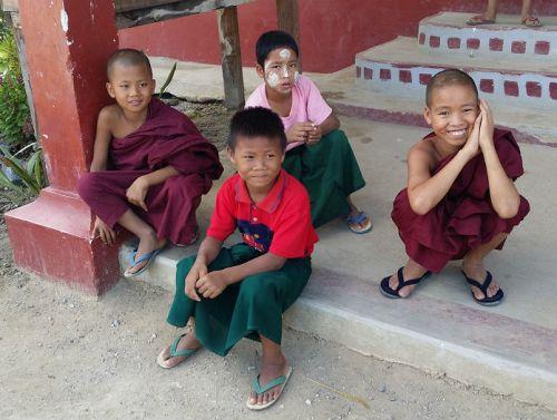 orfani monaci orfanotrofio sasana-yaung-chi-nyaung shwe lago inle birmania - children do matter