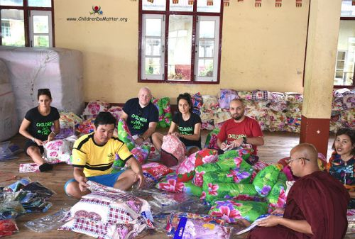 preparazione cuscini materassi orfanotrofio sasana birmania - children do matter