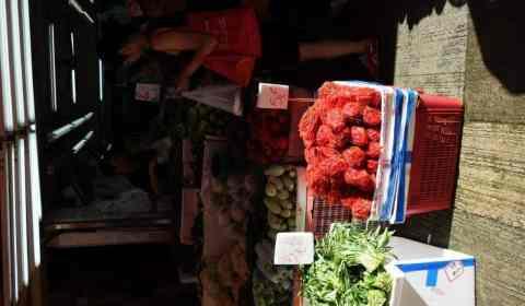 Rotes Chilli im roten Plastiknetz