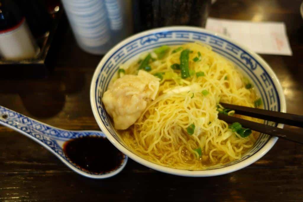 Wonton-Einudel-Suppe bei Tsim Chai Kee, Hong Kong. Mit Chilliöl.