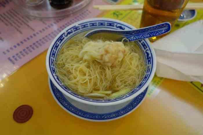Wonton-Einudel-Suppe bei Mak's Noodles, Hong Kong