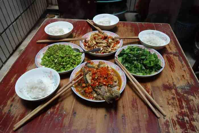 XiangCai - Hunan-Küche: Fisch mit rotem Chilli, Sojabohnen (mit grünem Chilli), ich-weiss-nicht-was mit rotem Chilli, ShengCai (chinesischer Kochsalat; ohne Chilli)
