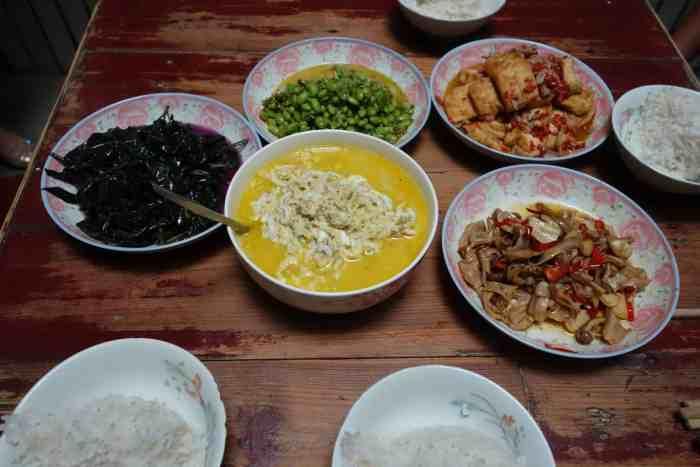 Das YeCai (Wildkraut, Handama, Okinawa-Spinat... nicht zu erkennen weil so dunkel), Glasfisch und dahinter Sojabohnen (mit grünem Chilli, wir mögen die einfach zu sehr), noch ein ich-weiss-nicht-was und rechts oben JiaChang Doufu