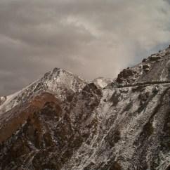 Der Pass: In Fels und Eis gehauen.