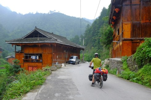 Miao-Dörfer entlang des Weges
