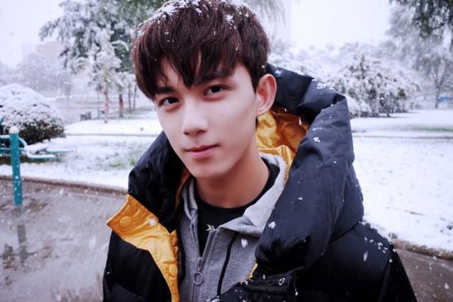 Teen actor Wu Lei spotted in snowy scenery