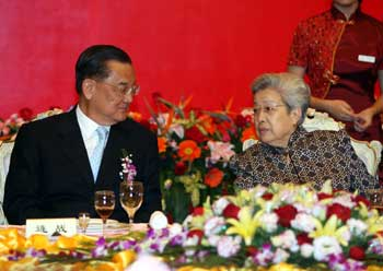 (Photo courtesy of Xinhua)  Chinese Vice Premier Wu Yi (R) talks with Chinese Kuomintang (KMT) Honorary Chairman Lien Chan at a banquet in Xiamen, southeast Chinas Fujian Province, Oct. 18, 2006. Wu held the banquet Wednesday night in honor of the representatives of the Cross-strait Agricultural Cooperation Trade Fair.