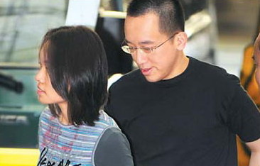 Chen Chih-chung, son of former Taiwan leader Chen Shui-bian, and his wife Huang Jui-ching walk into the prosecutors office in Taipei on November 14, 2008.  [Agencies]