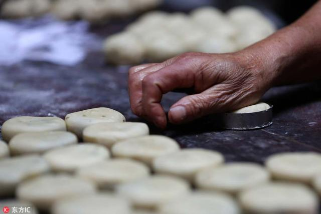Anhui-style mooncakes bring authentic taste to E China