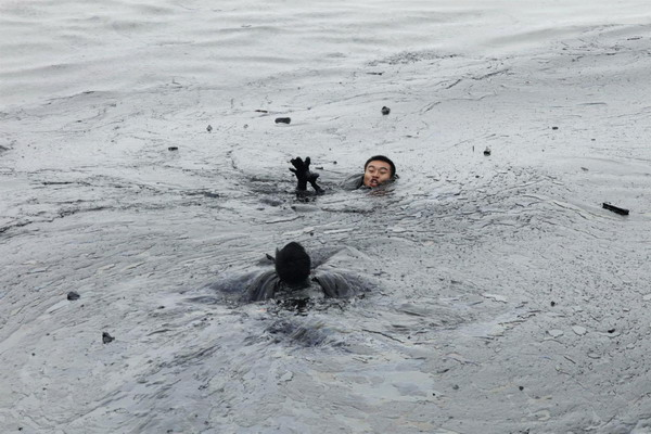 Worker drowns during oil spill clean-up in Dalian