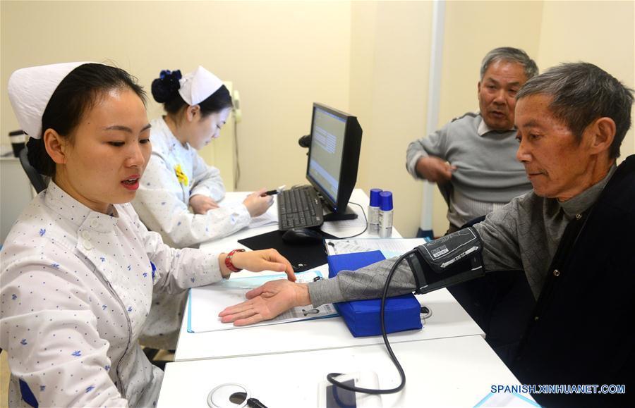 China combinará más servicios médicos con atención para ancianos