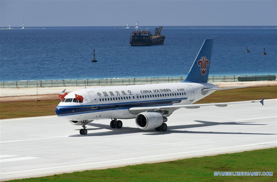China prueba con vuelos civiles 2 nuevos campos de aviación en Mar Meridional de China