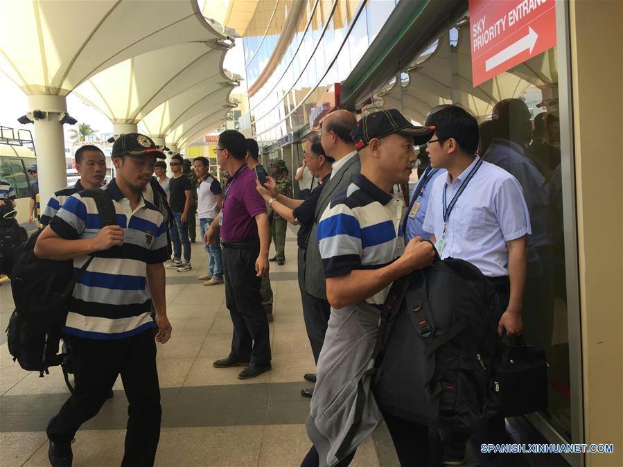 Marineros chinos liberados por piratas somalíes viajan de regreso a casa