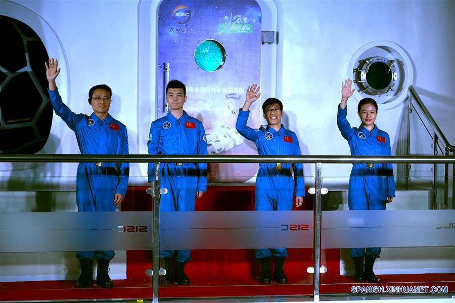 """Aventureros chinos regresan tras 180 días en el """"espacio"""""""