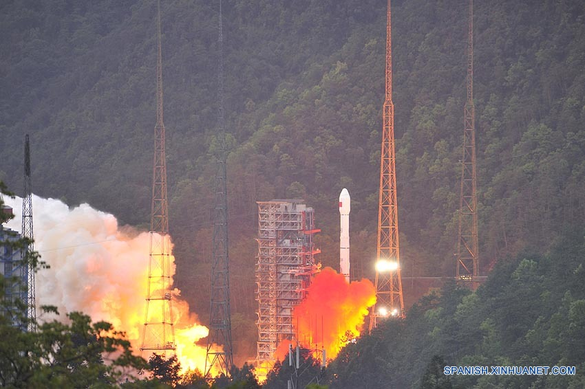 China lanza primer satélite de comunicaciones de alto rendimiento