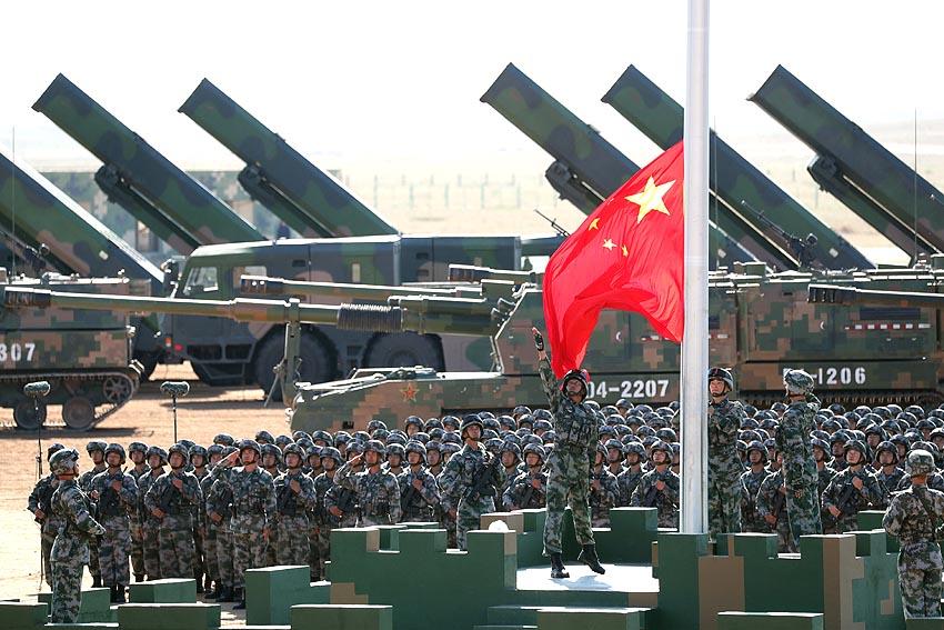 Formación de guardia de bandera inicia desfile militar por el Día del Ejército