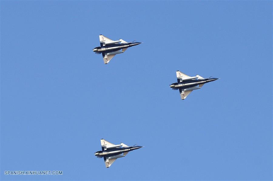 Equipo de aviones acrobáticos de Fuerza Aérea de China parte para exhibición en Rusia