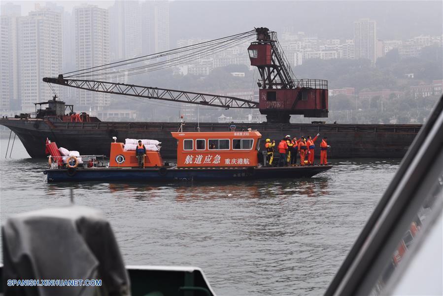 ENFOQUE: Socorristas hacen máximos esfuerzos tras caída de autobús en río en Chongqing, China