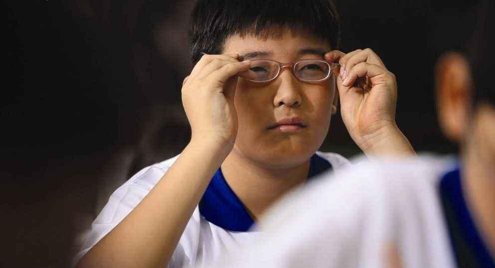 China insta a tomar medidas para controlar incidencia de miopía entre los jóvenes