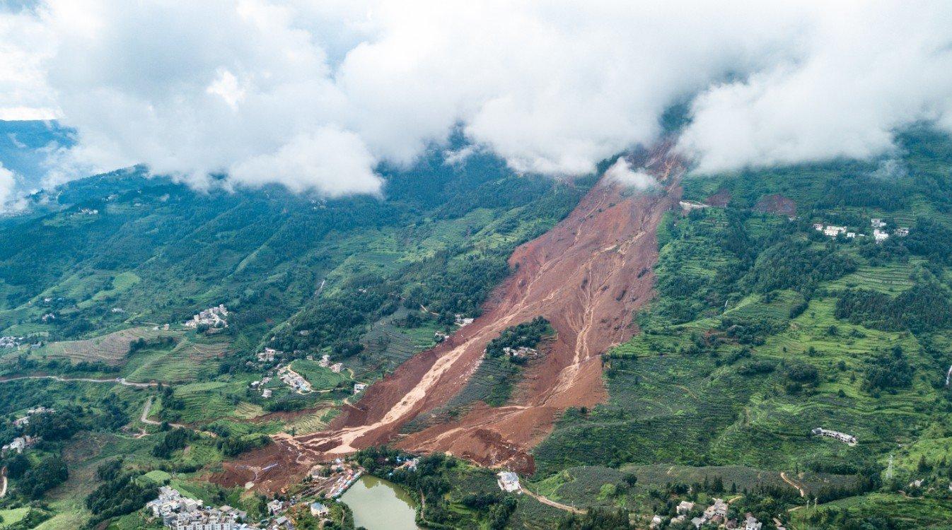 Sube a 42 cifra de muertes por desprendimiento de tierras en suroeste de China