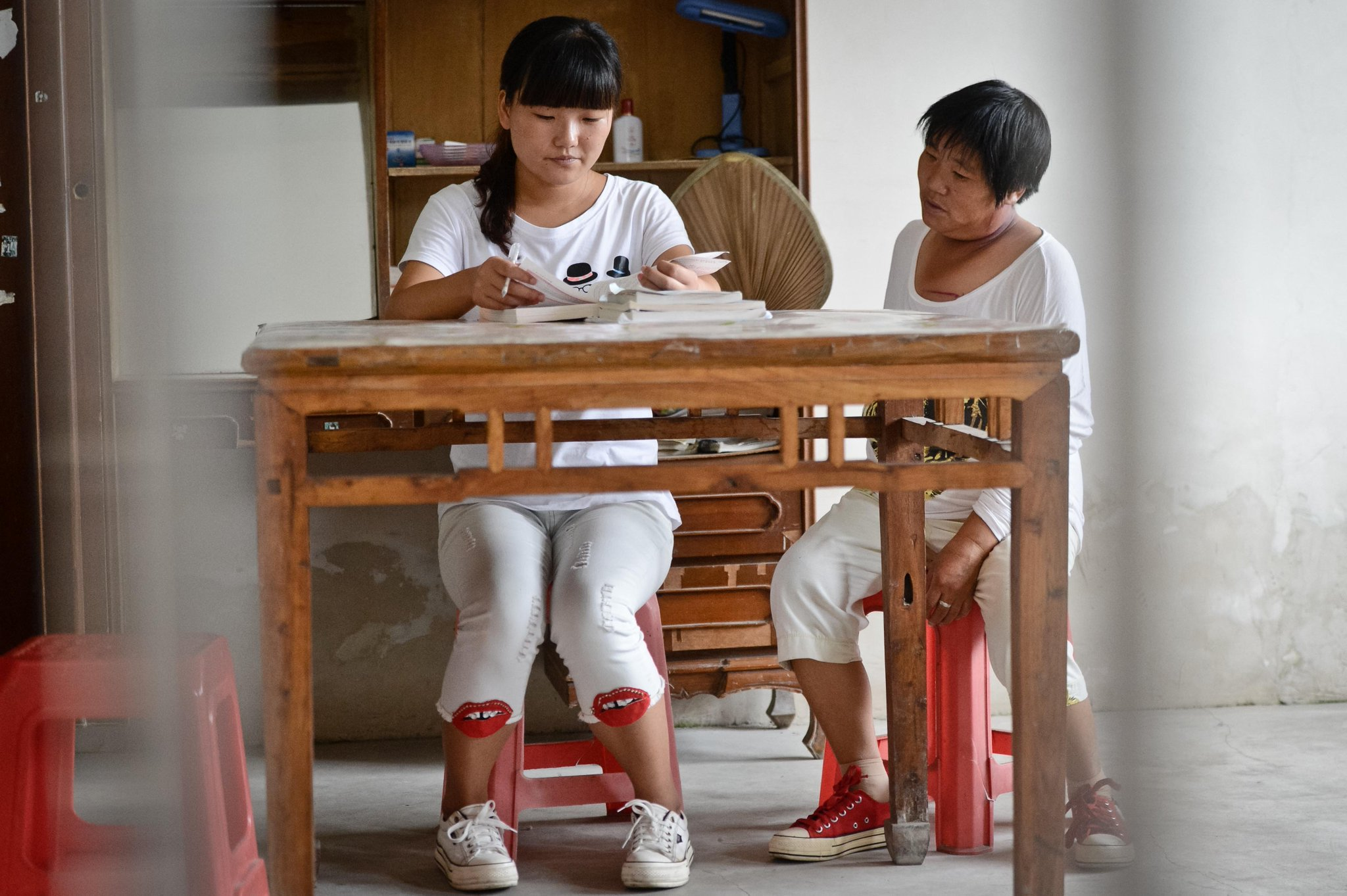 Jóvenes graduados de China regresan a sus humildes hogares para contribuir al progreso