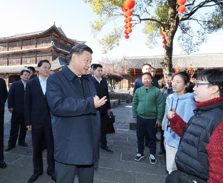 Xi charla con turistas: Peng Mama está ocupada en hacer preparativos del Año Nuevo chino