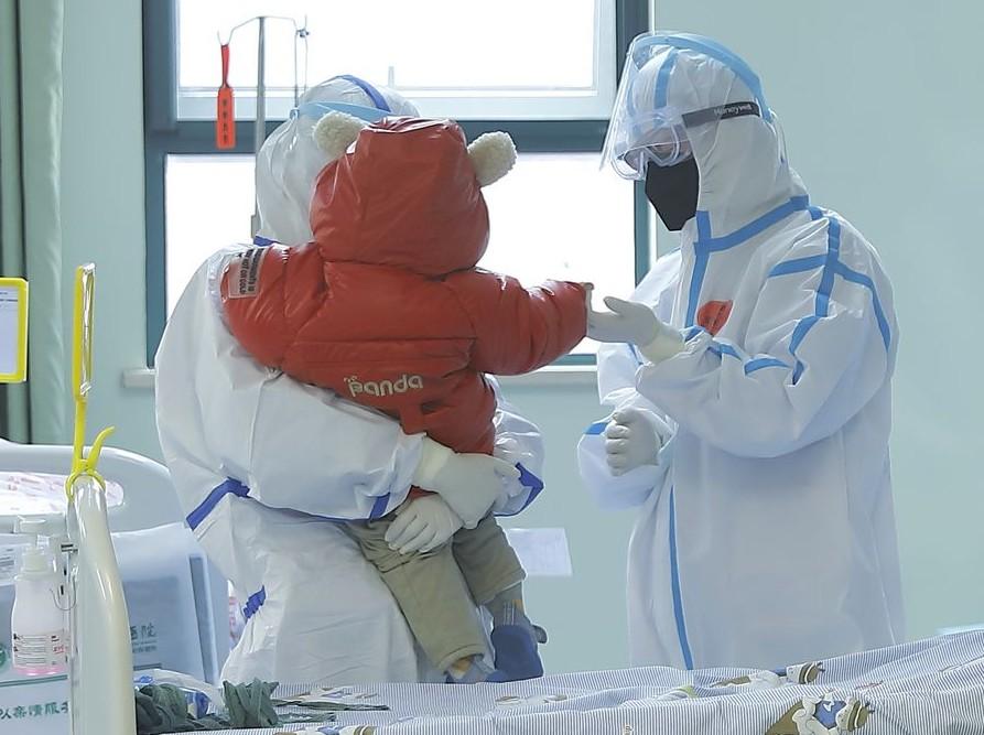 Dan de alta a bebé de dos meses recuperada del nuevo coronavirus en Guangzhou