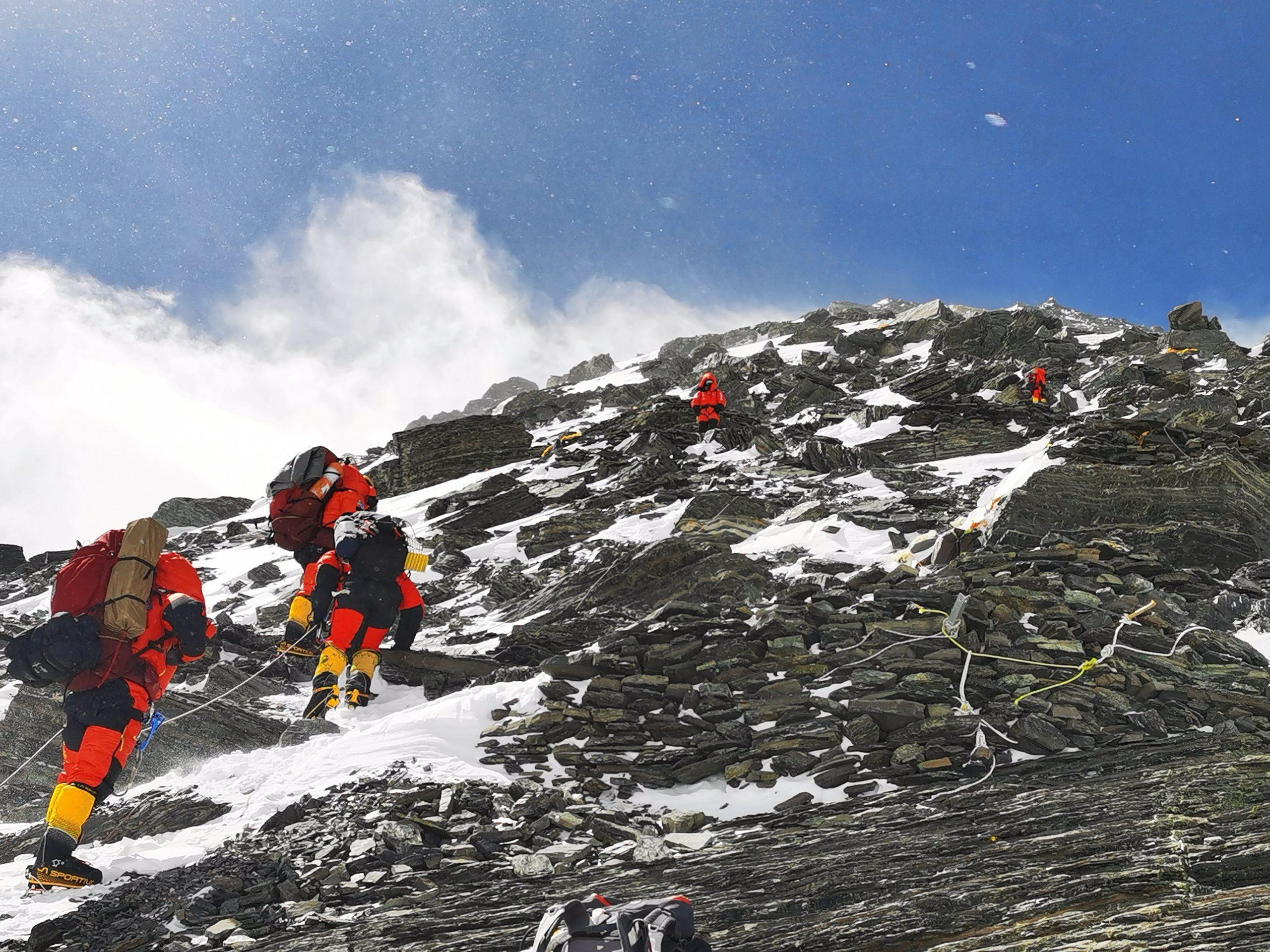 Equipo de topografía chino se dirige a cumbre de monte Qomolangma