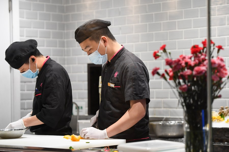 China adoptará medidas de prevención de COVID-19 para personal de restaurantes y empresas alimentarias