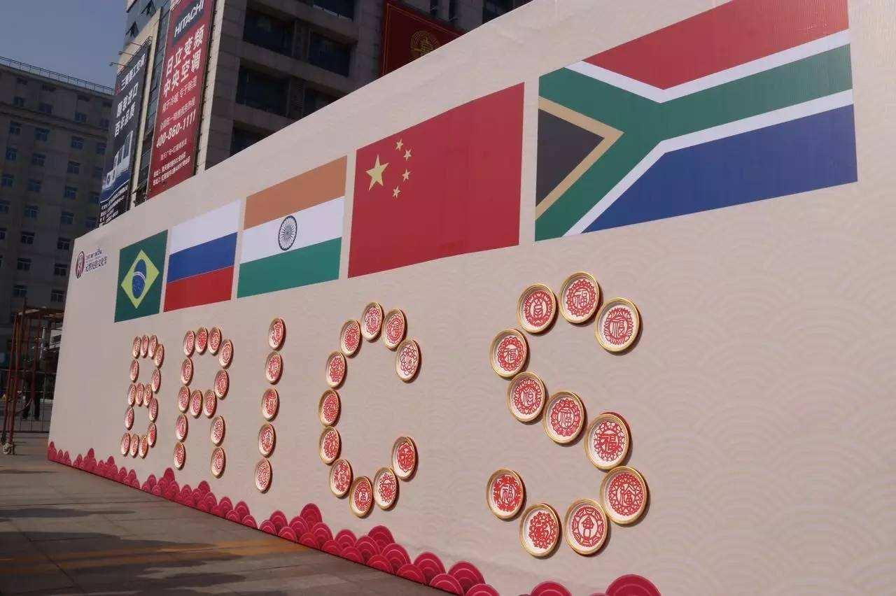 Alto funcionario chino: BRICS debe hacer mayores aportaciones para salvaguardar paz y desarrollo mundiales