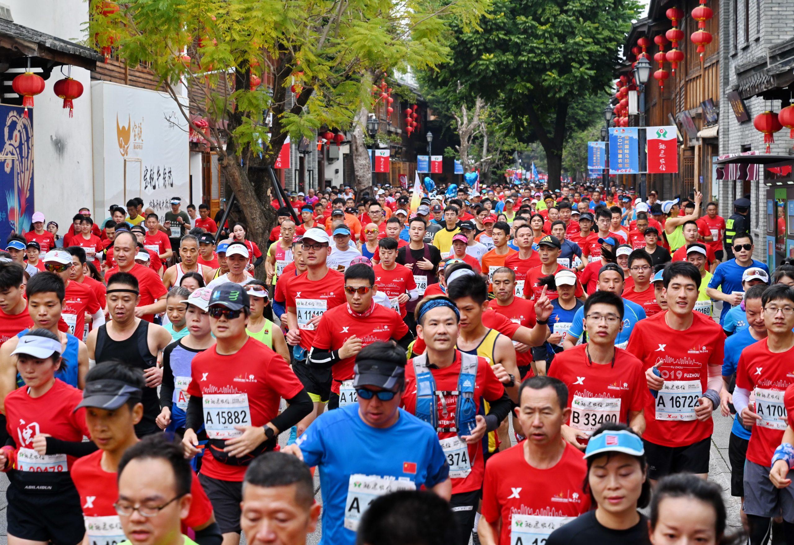 Más de 3.000 corredores participan en maratón de Shijiazhuang, China