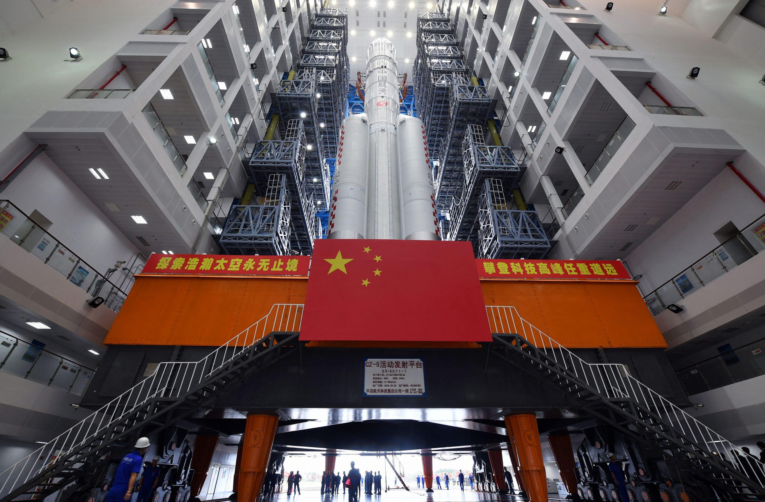 Cohete Gran Marcha-5 de China cargado con combustible propulsor para lanzamiento