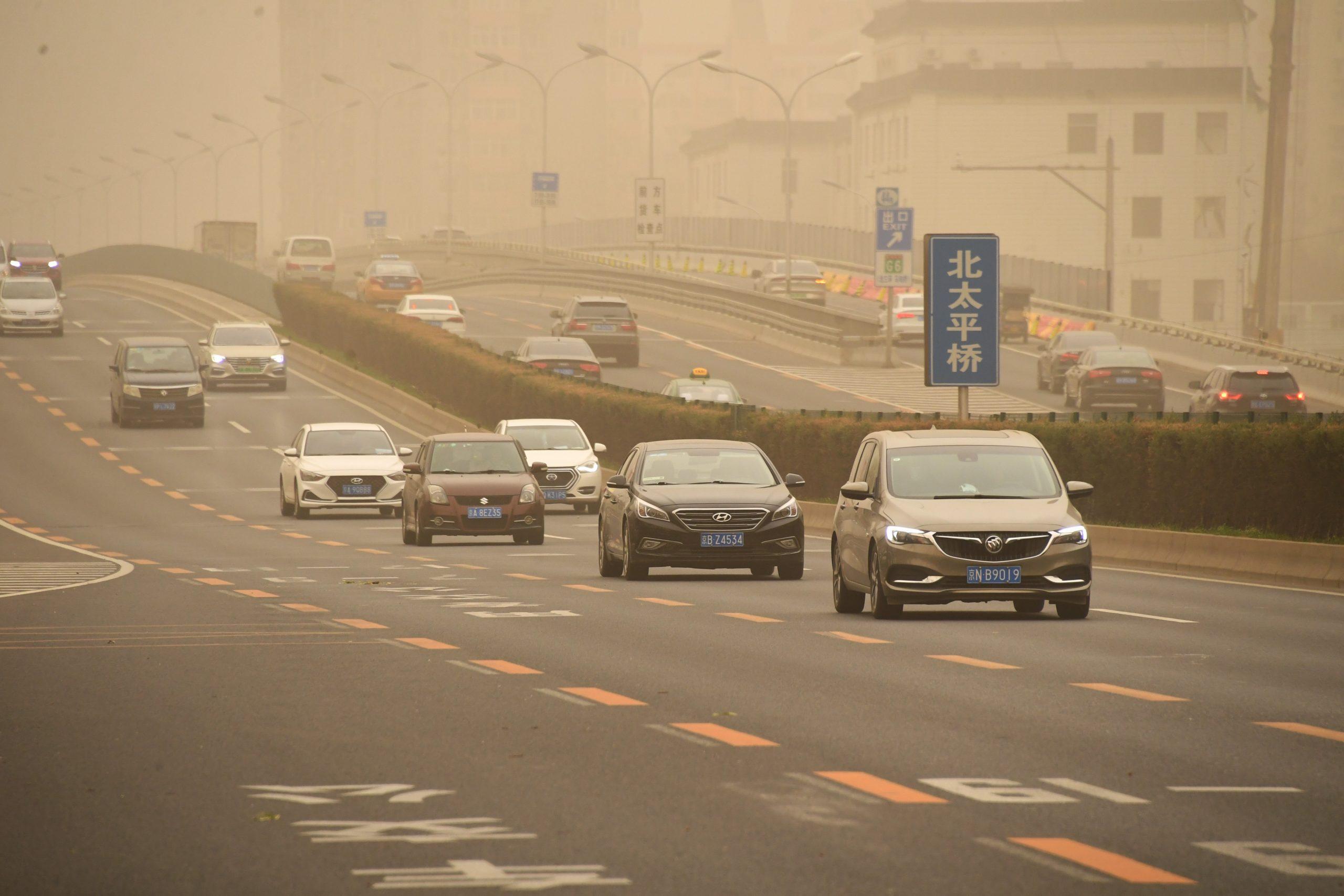 China emite alerta azul por tormentas de arena