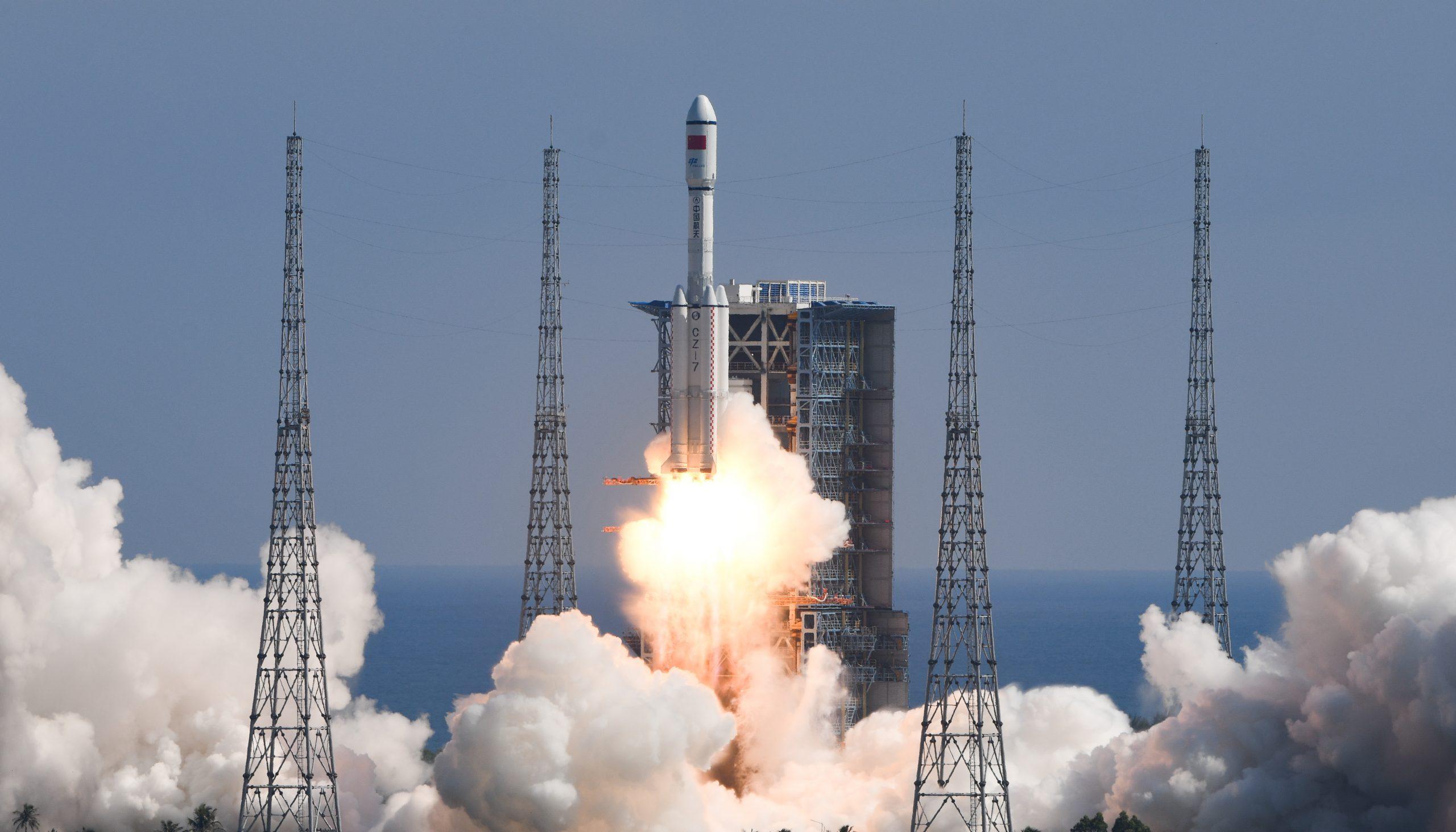Nave de carga de China se acopla con módulo central de estación espacial