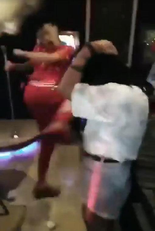 紅衣男利用「飛毛腿」踢受害女子的肚子,事後女子抱著肚子蹲下,並發出哀嚎聲。