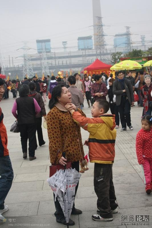 spoiled-child-attacks-mother-in-public-for-toy-china-11