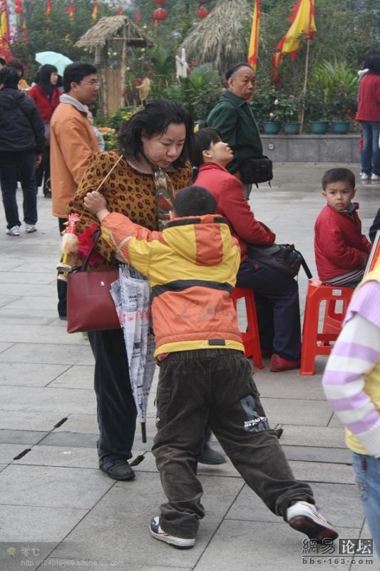 spoiled-child-attacks-mother-in-public-for-toy-china-14