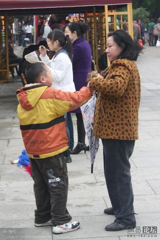 spoiled-child-attacks-mother-in-public-for-toy-china-16