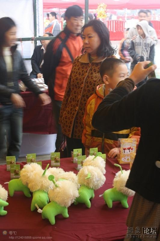 spoiled-child-attacks-mother-in-public-for-toy-china-19